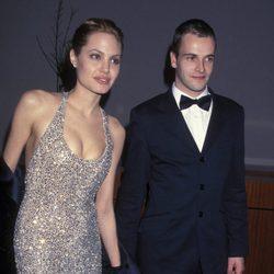 Angelina Jolie y Jonny Lee Miller en un evento