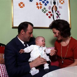 Marta Luisa de Noruega de bebé con sus padres Harald y Sonia de Noruega