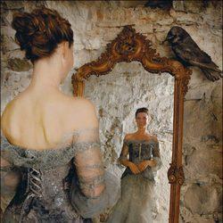 Marta Luisa de Noruega mirándose al espejo