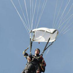Marta Luisa de Noruega tirándose en paracaídas