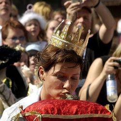 Marta Luisa de Noruega besando una rana
