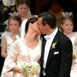 Marta Luisa de Noruega y Ari Behn besándose en su boda