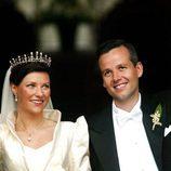 Marta Luisa de Noruega y Ari Behn saludan en su boda
