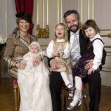 Marta Luisa de Noruega y Ari Behn con sus tres hijas