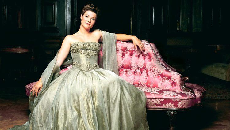 Marta Luisa de Noruega con un vestido verde sentada en el sofá