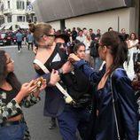 Gigi Hadid defendiéndose ante un atacante en Milán