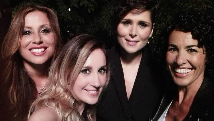 Rosa López, Verónica Romeo y Mireia Montávez posan con Nina