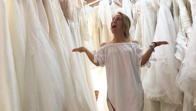 Yoli ('GH 15') rodeada de vestidos de novia