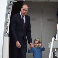 El Príncipe Jorge, de la mano de su padre el Príncipe Guillermo a su llegada a Canadá