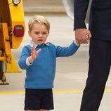 El Príncipe Jorge saluda a su llegada a su primer viaje oficial a Canadá