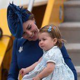 Kate Middleton mira con cariño a la Princesa Carlota a su llegada a Canadá