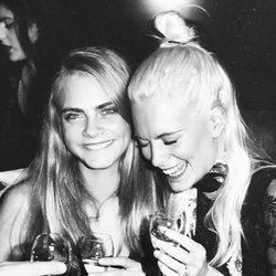 Cara y Poppy Delevingne en una fiesta