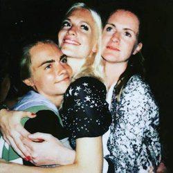 Las tres hermanas Delevingne abrazándose