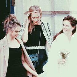 Cara y Poppy con Chloe Delevingne durante su boda