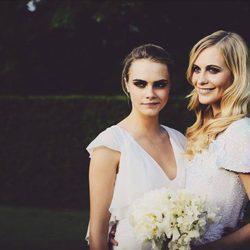 Cara con su hermana Poppy el día de su boda