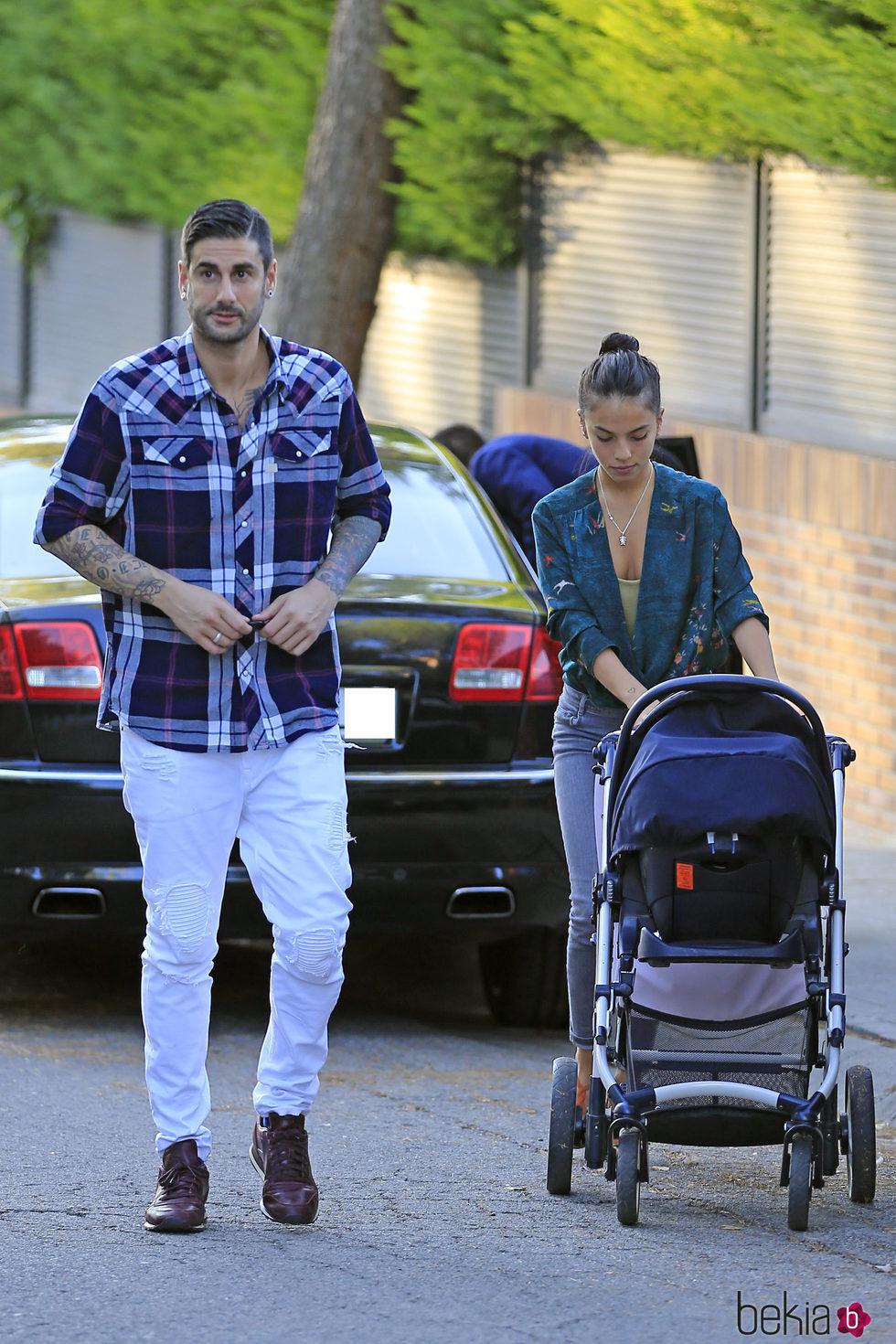Melendi con Julia Nakamatsu y su hija Lola dando un paseo