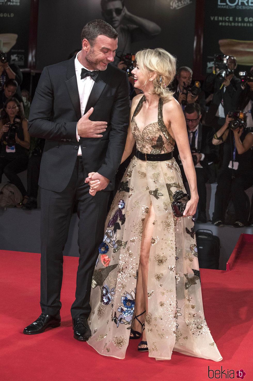 Naomi Watts y Liev Schreiber muy cariñosos en el Festival de Cine de Venecia 2016