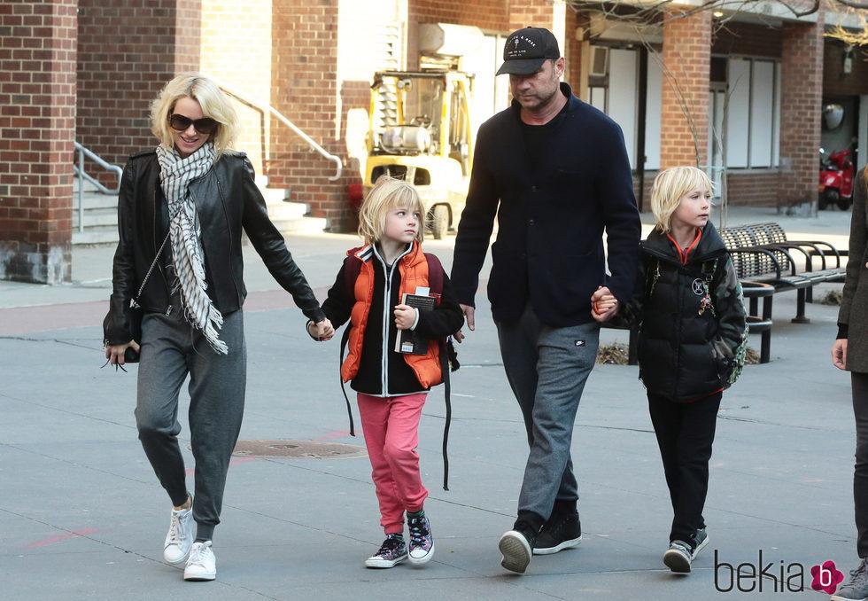 Naomi Watts y Liev Schreiber con sus hijos Sasha y Samuel en Nueva York