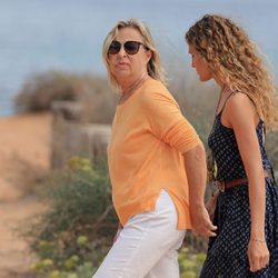 La madre y la cuñada de Elsa Pataky en Formentera