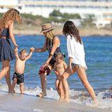 Elsa Pataky con sus hijos dándose un baño en el mar en Formentera