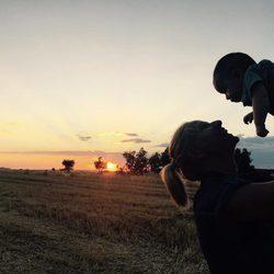 Anne Igartiburu con su hijo Nicolás en brazos viendo el atardecer