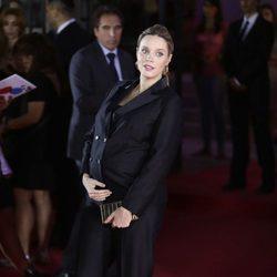 Carolina Bang luciendo embarazo en el estreno de 'Un monstruo viene a verme'