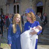 La princesa Amalia de Holanda y la princesa Ana María de Borbón y Parma con el príncipe Carlos de Borbón y Parma en su bautizo