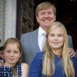 El rey Guillermo Alejandro de Holanda con sus hijas las princesas Amalia y Alexia en el bautizo de Carlos de Borbón y Parma