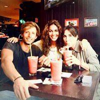 Lara Álvarez con una amiga y el italiano Eddie tomando un batido en Madrid