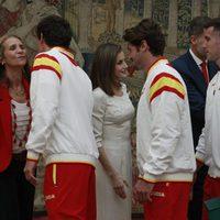 La Infanta Elena besa a los deportistas olímpicos de Rio 2016 junto a la Reina Letizia