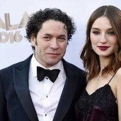 María Valverde y su novio Gustavo Dudamel en la alfombra roja del concierto filarmónico de Walt Disney