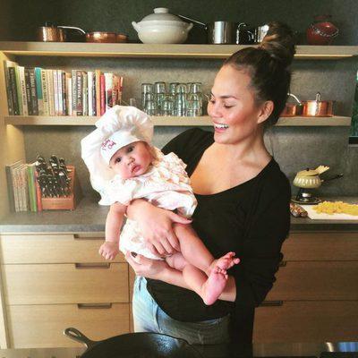 Chrissy Teigen con su hija Luna en la cocina