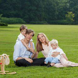 Luis de Luxemburgo y Tessy Antony con sus hijos Gabriel y Noé en el campo