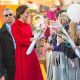 Kate Middleton recibe flores de los canadienses en Whitehorse