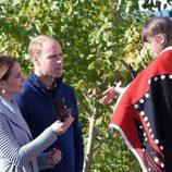 Los Duques de Cambridge con una niña en Canadá