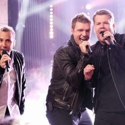 Nick Carter y Howie Dorough actuando con James Corden en 'The Late Late Show'.