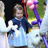La Princesa Carlota con un perro en un parque de Victoria durante su viaje oficial a Canadá