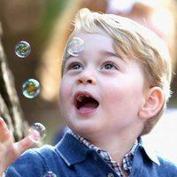 El Príncipe Jorge, fascinado por las pompas de jabón en Canadá
