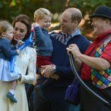 Los Duques de Cambridge y sus hijos con unos globos en un parque de Canadá