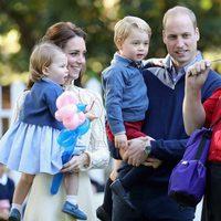 Los Duques de Cambridge y los Príncipes Jorge y Carlota en un parque en Canadá
