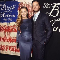 Armie Hammer y su mujer Elizabeth Chamber luciendo embarazo