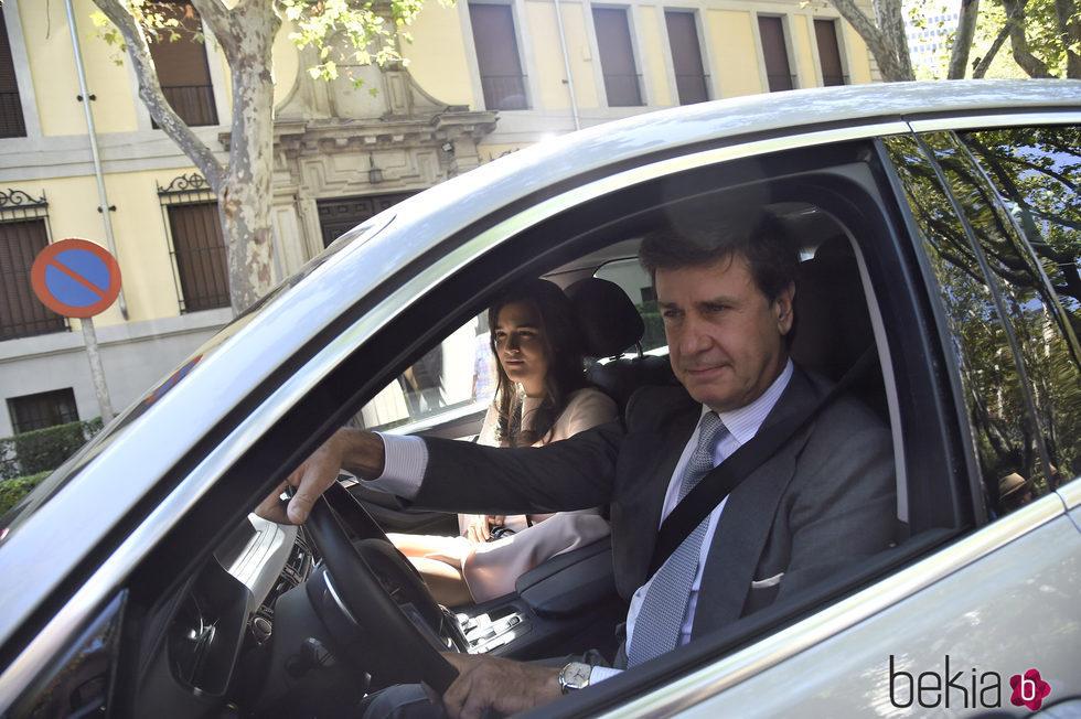 Cayetano Martínez de Irujo con Bárbara Mirjan en la boda de Luis Martínez de Irujo y Adriana Martín