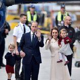 Los Duques de Cambridge con sus hijos despidiéndose de Canadá