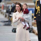 Kate Middleton con la Princesa Carlota despidiéndose de Canadá tras su viaje oficial