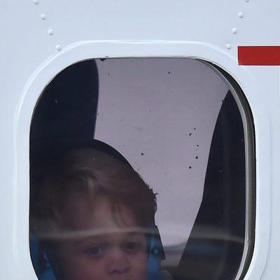 El Príncipe Jorge con unos cascos puestos en el avión tras el viaje a Canadá