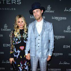Kaley Cuoco y su novio Karl Cook en la alfombra roja de la Gala de Longines Master