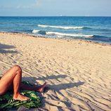 Maxi Iglesias posando desnudo tomando el sol en la playa
