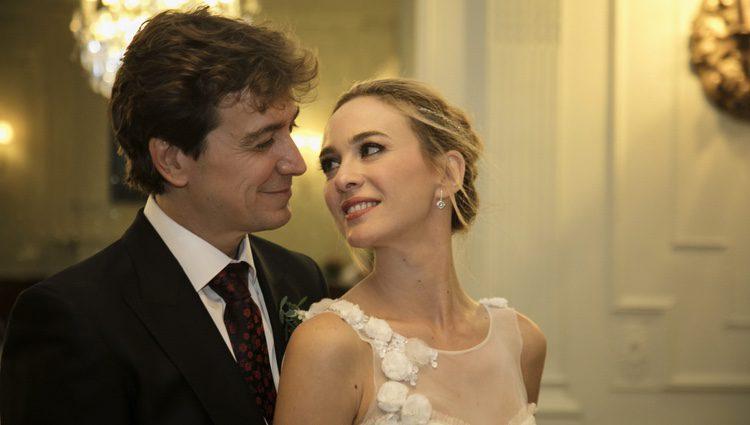 Marta Hazas y Javier Veiga muy románticos en la foto oficial de su boda