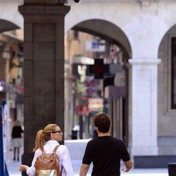 Marta Hazas y Javier Veiga paseando cogidos de la mano por Santander tras su boda