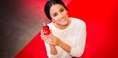 Macarena García con uno de los perfumes de Cacharel